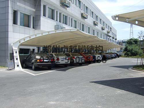 安装完成的膜结构车棚