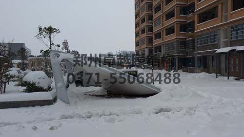 用钢量不足被积雪压塌的7字型膜结构车棚