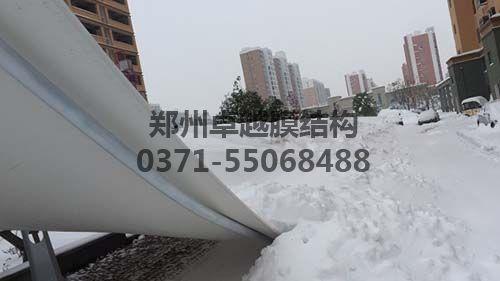偷工减料被积雪压塌的7字型膜结构车棚