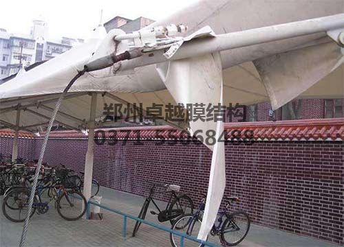 某膜结构车棚在使用年限内膜材已经老化破损