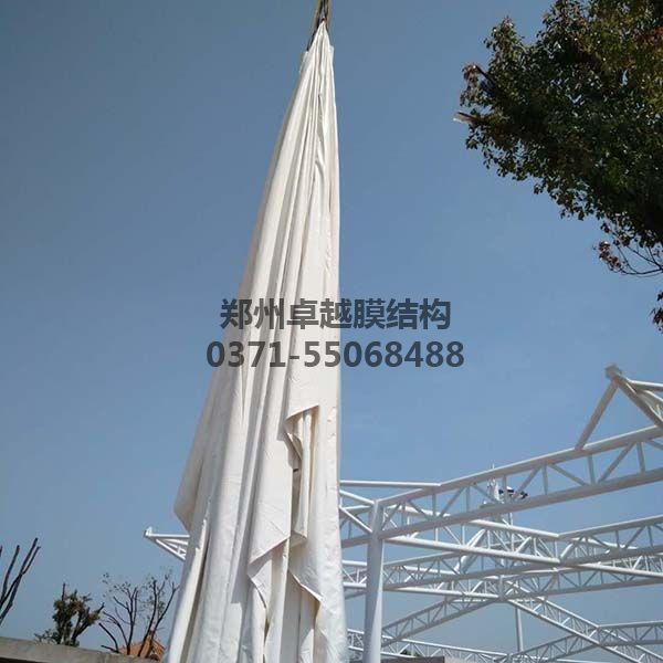 新郑中兴广场膜结构景观膜材开始吊装