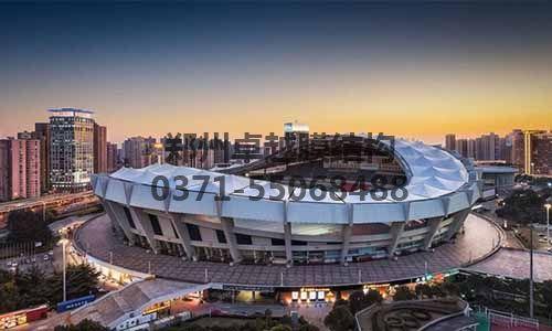 上海八万人体育场外形呈波浪式马鞍形