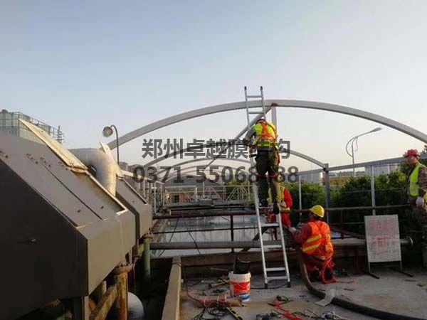卓越安装工人在做钢构油漆