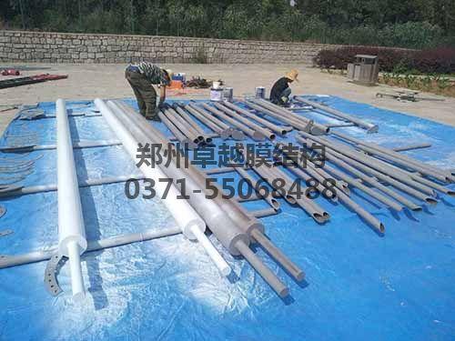 工作人员正在对钢构件进行防腐处理