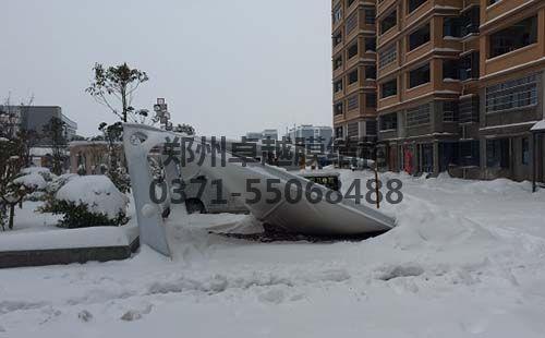 被大雪压塌的7字型膜结构车棚