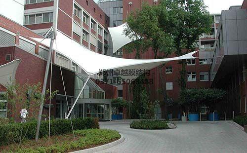 某公司办公楼前的膜结构景观